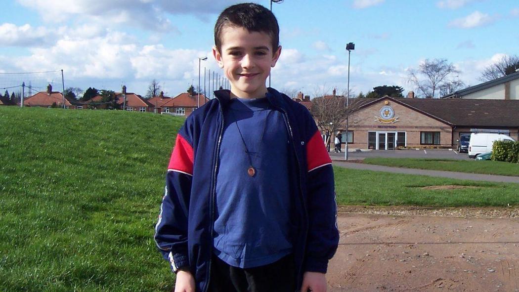 Alex Pașcanu joacă de la vârsta de 8 ani la clubul englez Leicester City, acum fiind cel mai bun jucător al echipei U23