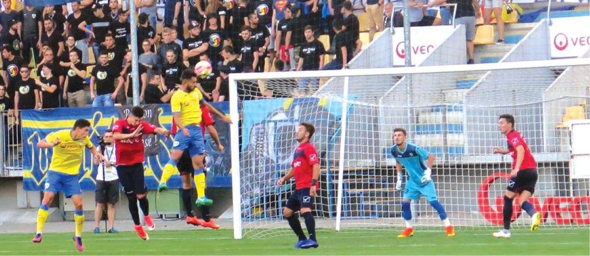 Petrolul Ploiești este considerată principala favorită la promovare de Emil Săndoi, antrenorul unei mari rivale, FC Argeș, care nu are dreptul să urce în prima ligă, chiar dacă se luptă pentru primele locuri din Liga a II-a