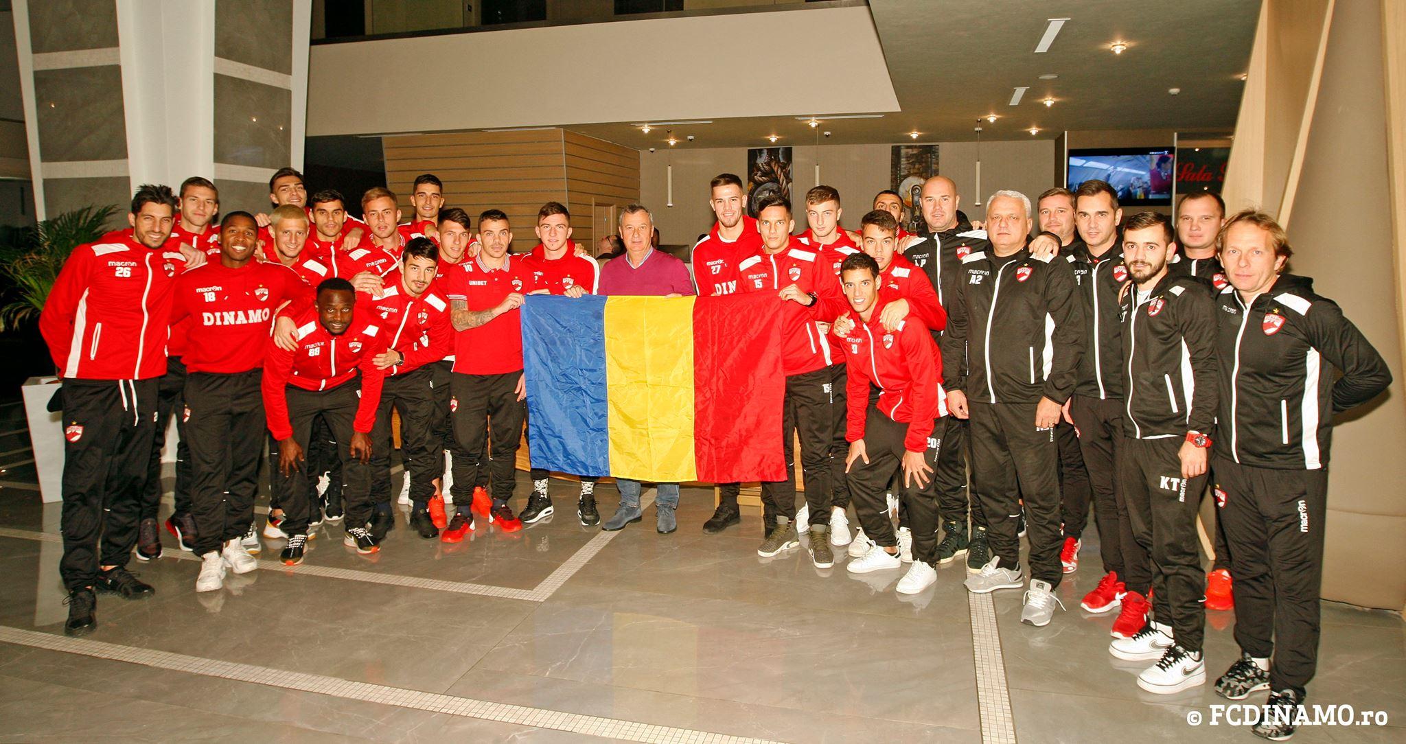 Jucătorii echipei Dinamo București și antrenorul Mircea Rednic s-au fotografiat cu tricolorul