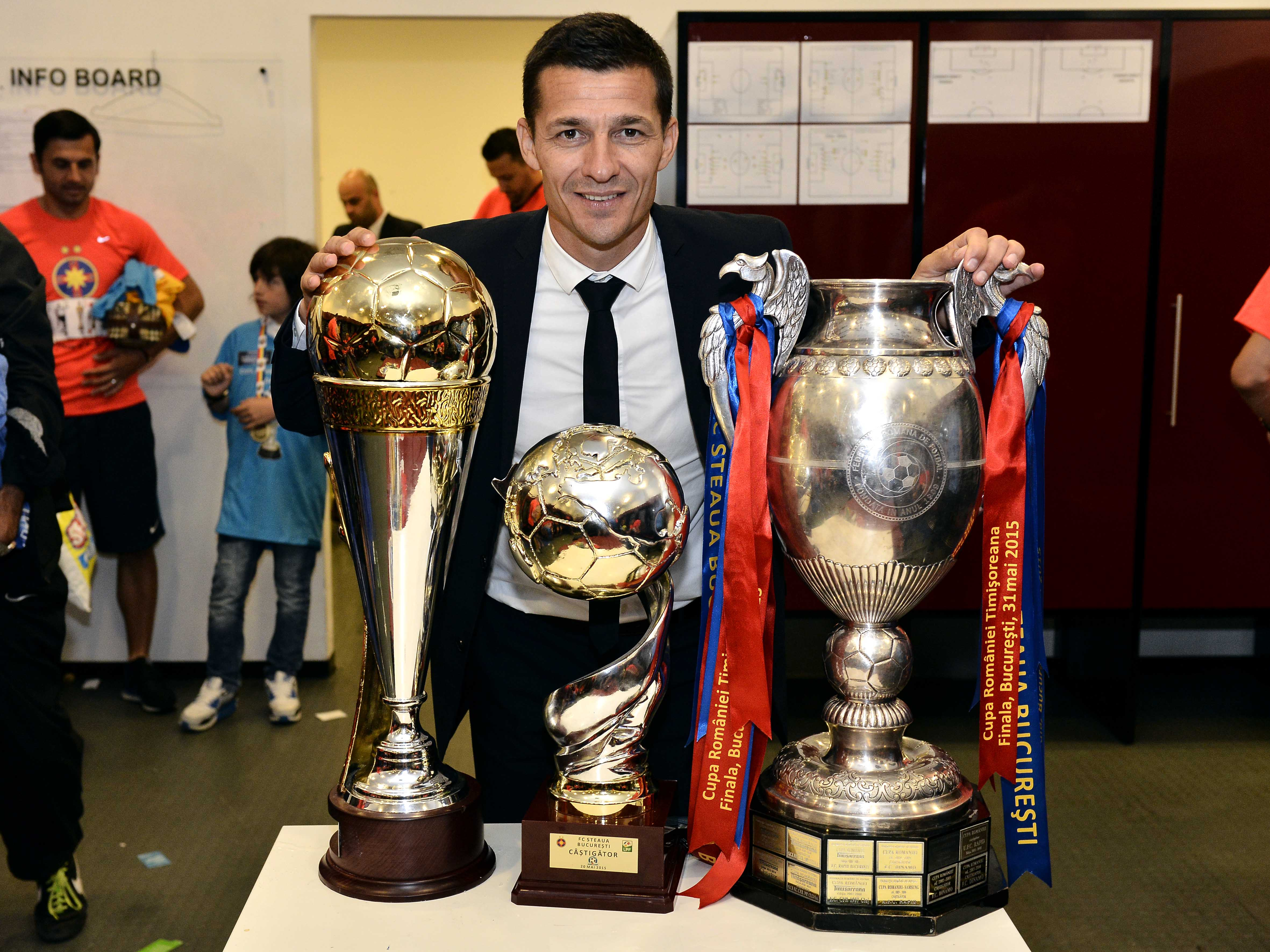 Costel Gâlcă alături de cele trei trofee câștigate la FCSB în 2015