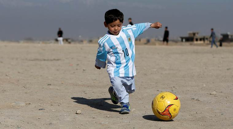 Murtaza a lăsat în urmă mingea și tricourile de la Messi