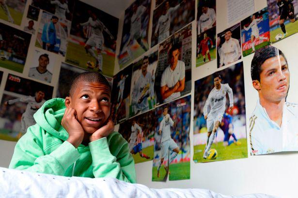 Fotografia cu Mbappe înconjurat de postere cu Ronaldo