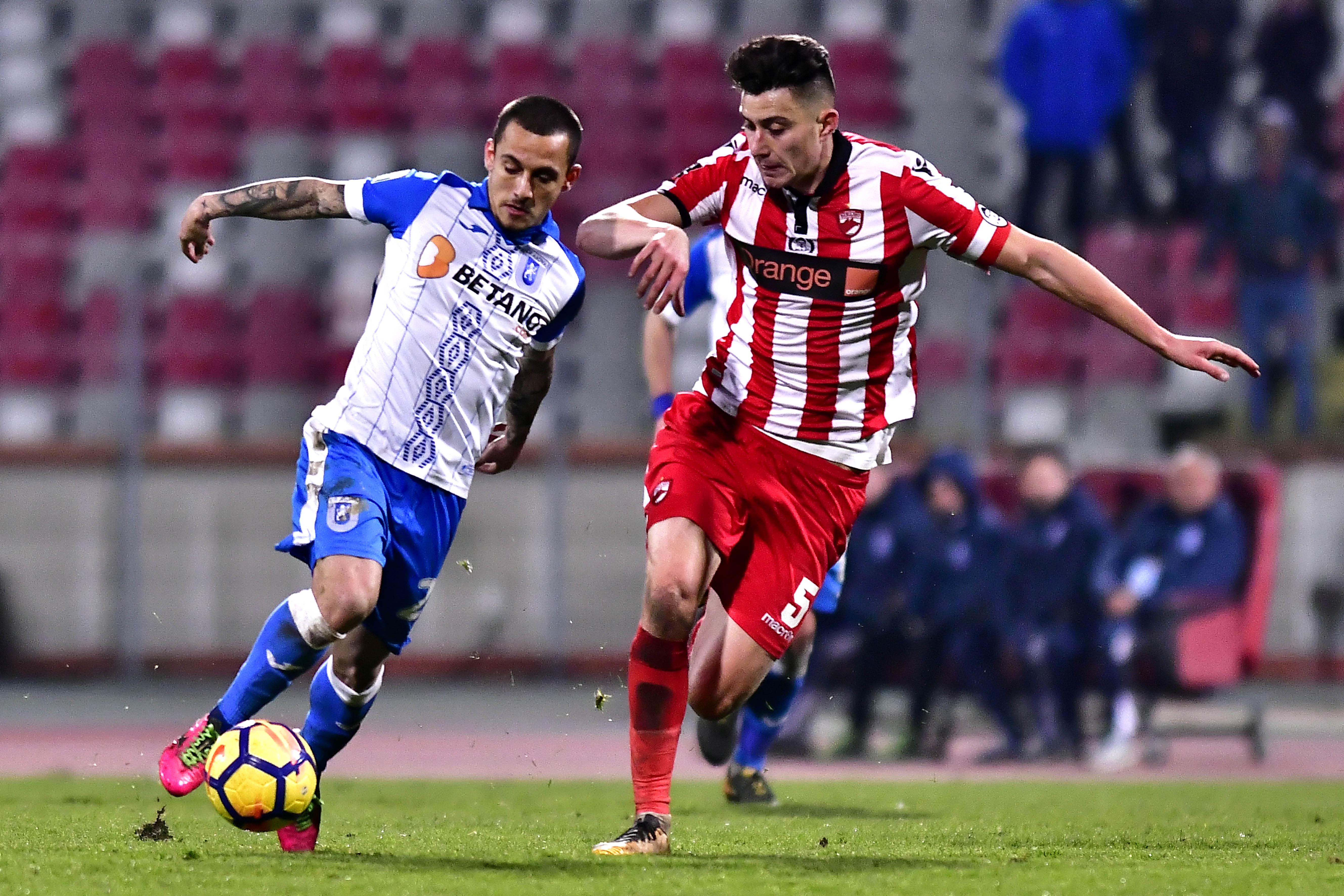 Alexandru Mitriță și Ionuț Nedelcearu în duel pentru balon într-un meci Dinamo Bucuresti - U Craiova