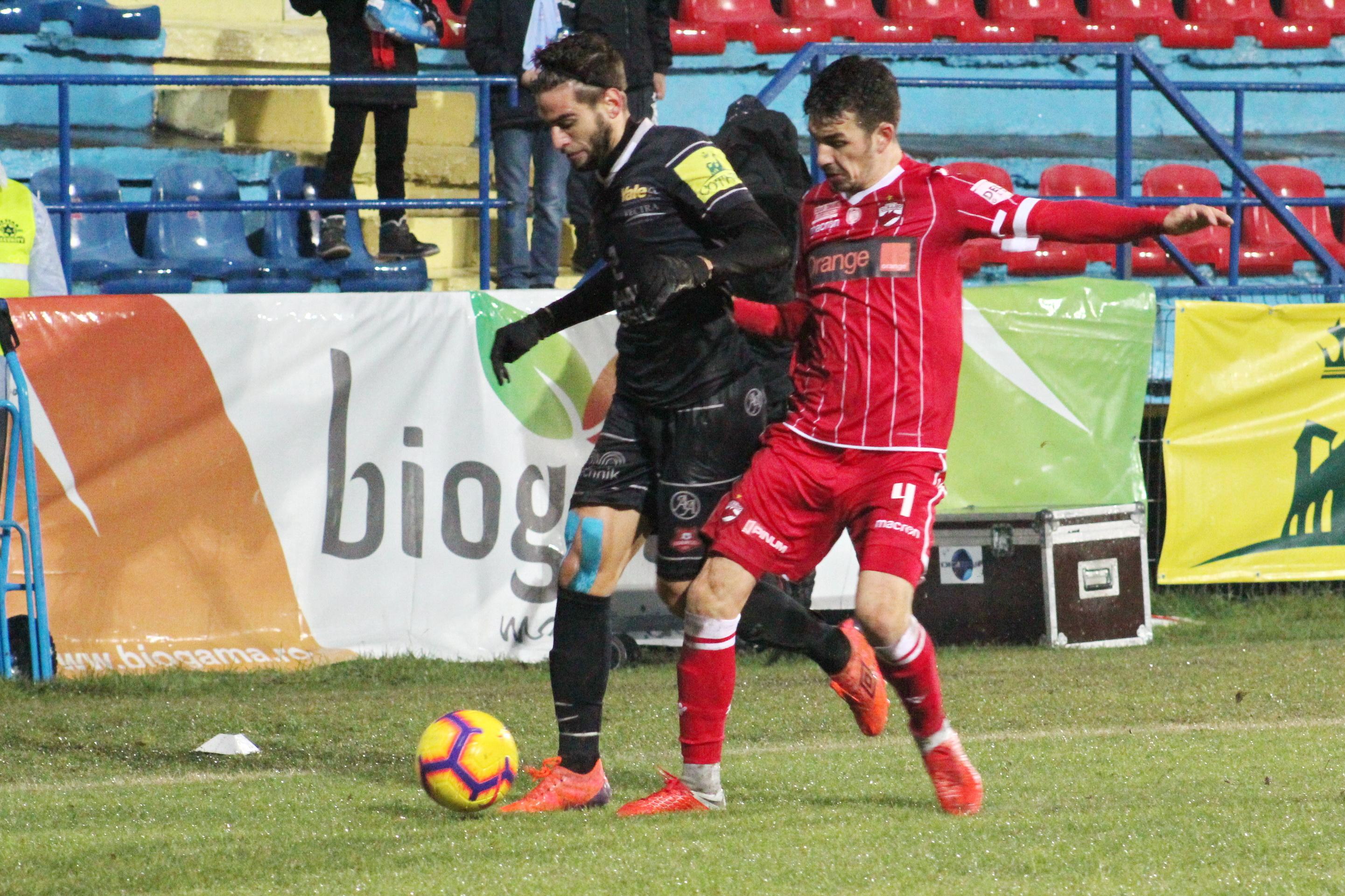 Sergiu Hanca în duel pentru balon cu Biel Company în meciul Hermannstadt - Dinamo