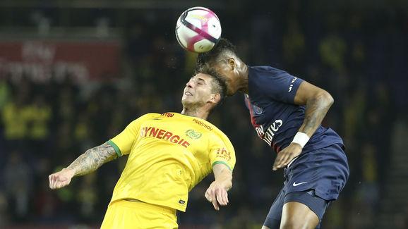 Emiliano Sala într-un duel aerian pentru balon cu Presnel Kimpembe într-un meci FC Nantes - PSG