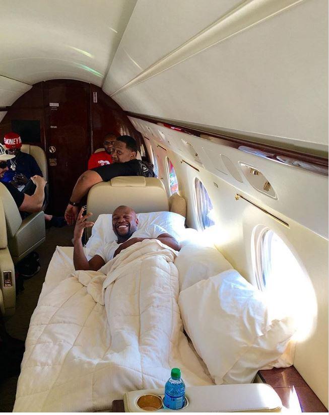 Floyd Mayweather în avionul privat pe care și l-a cumpărat cu 35 de milioane de dolari