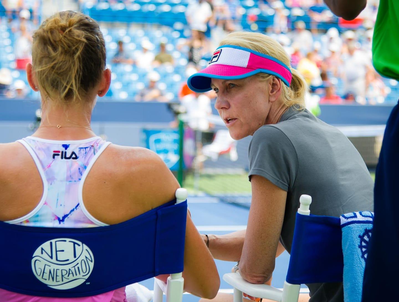 Karolina Pliskova în discuție cu Rennae Stubbs în meciul din sferturi de la Dubai