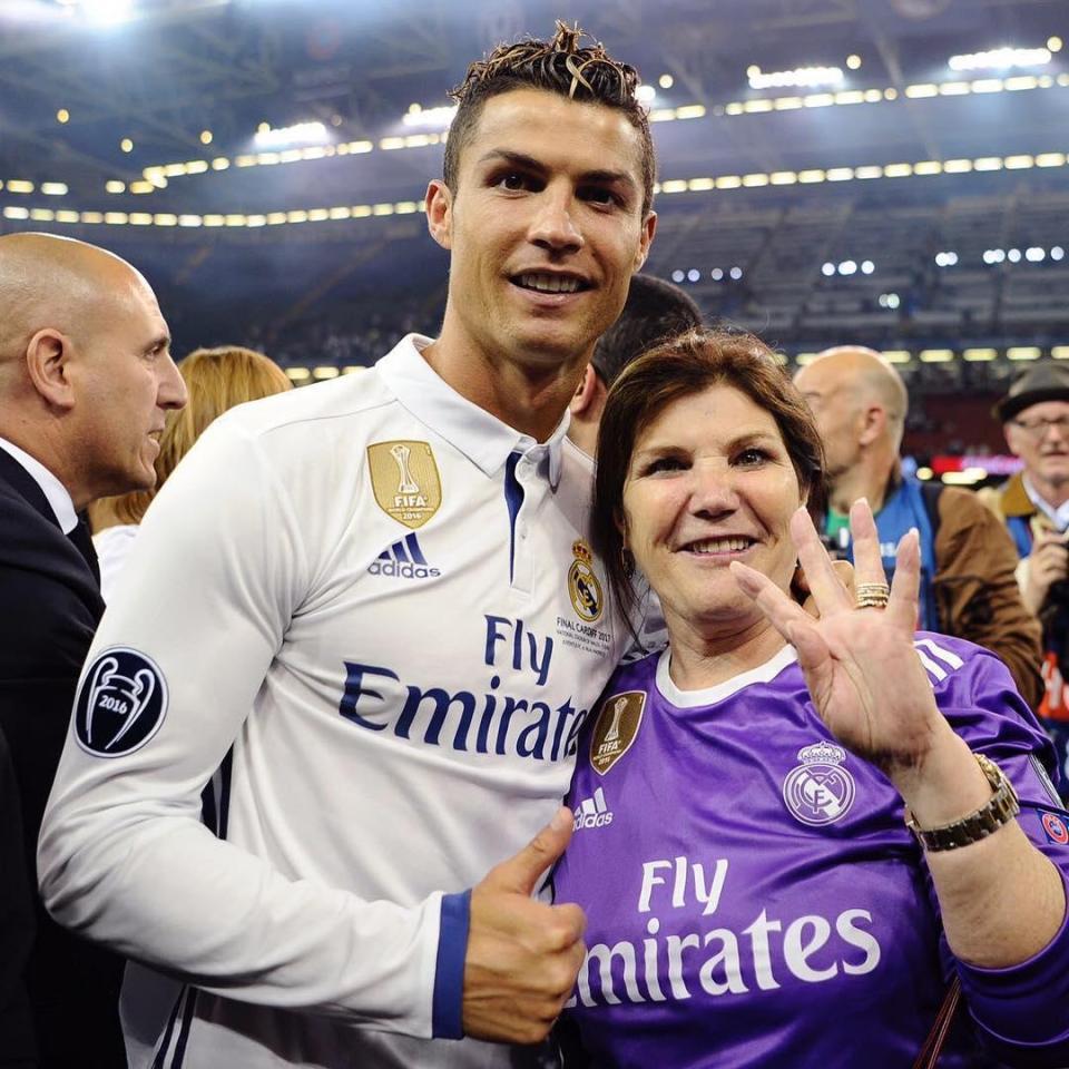 Mama lui Cristiano Ronaldo a mai învins aceeași boală, cancerul la sân, în 2007. În imagine, sărbătorind alături de fiul ei un succes la Real Madrid