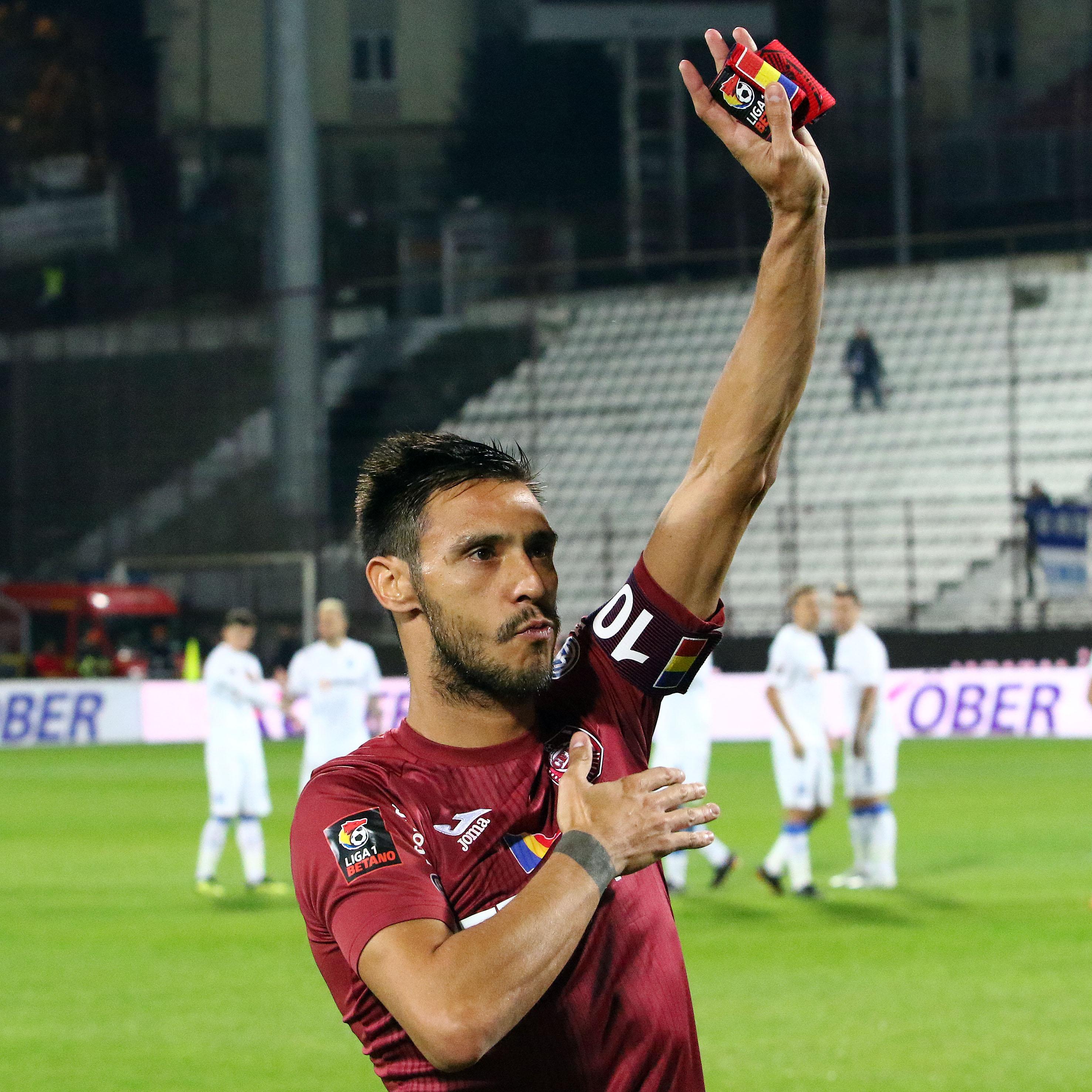 Căpitanul Mario Camora salută publicul la finalul meciului CFR Cluj - U Craiova