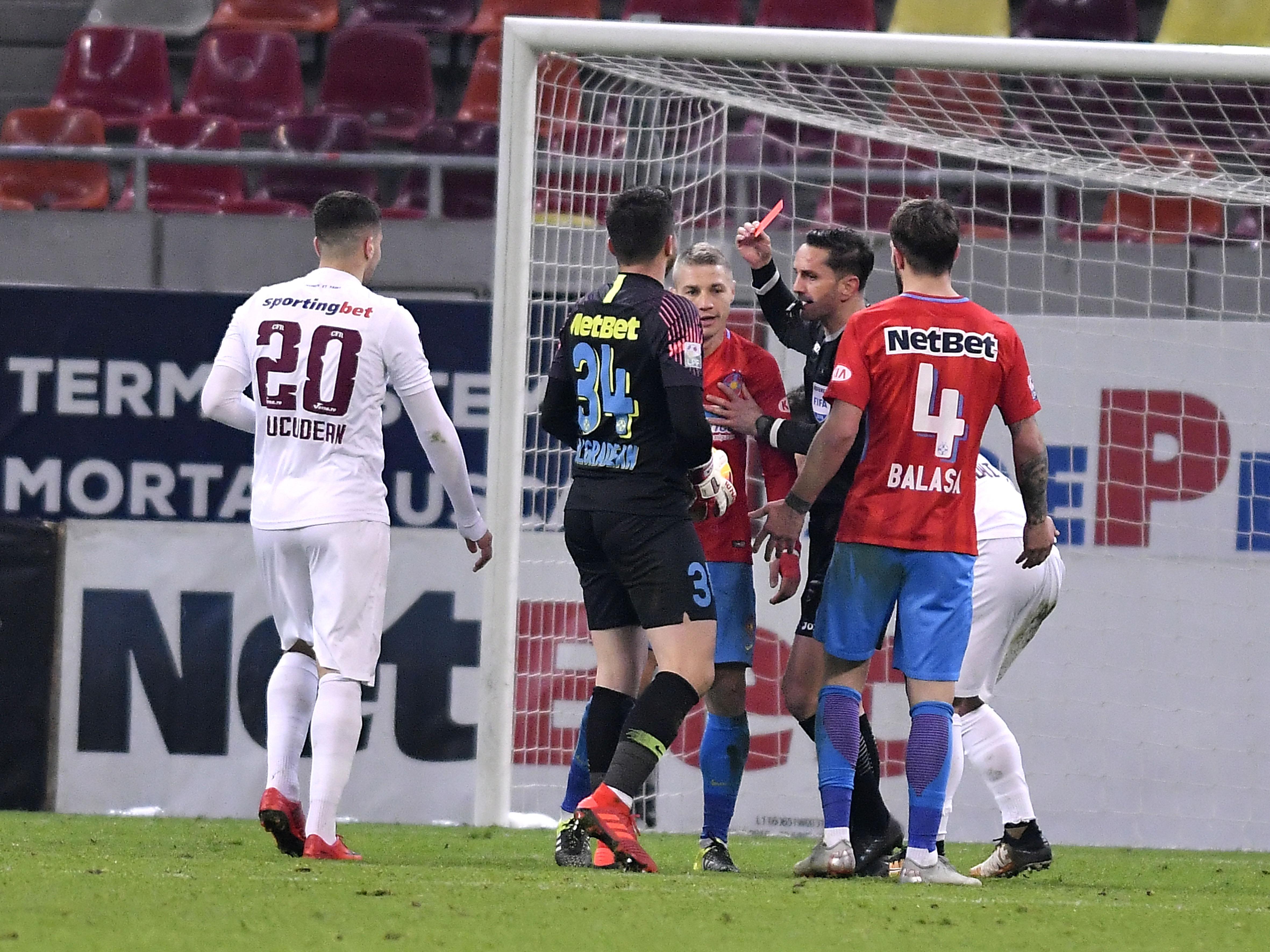 Sebastian Coltescu îi arată cartonașul roșu lui Mihai Roman în meciul FCSB - CFR Cluj
