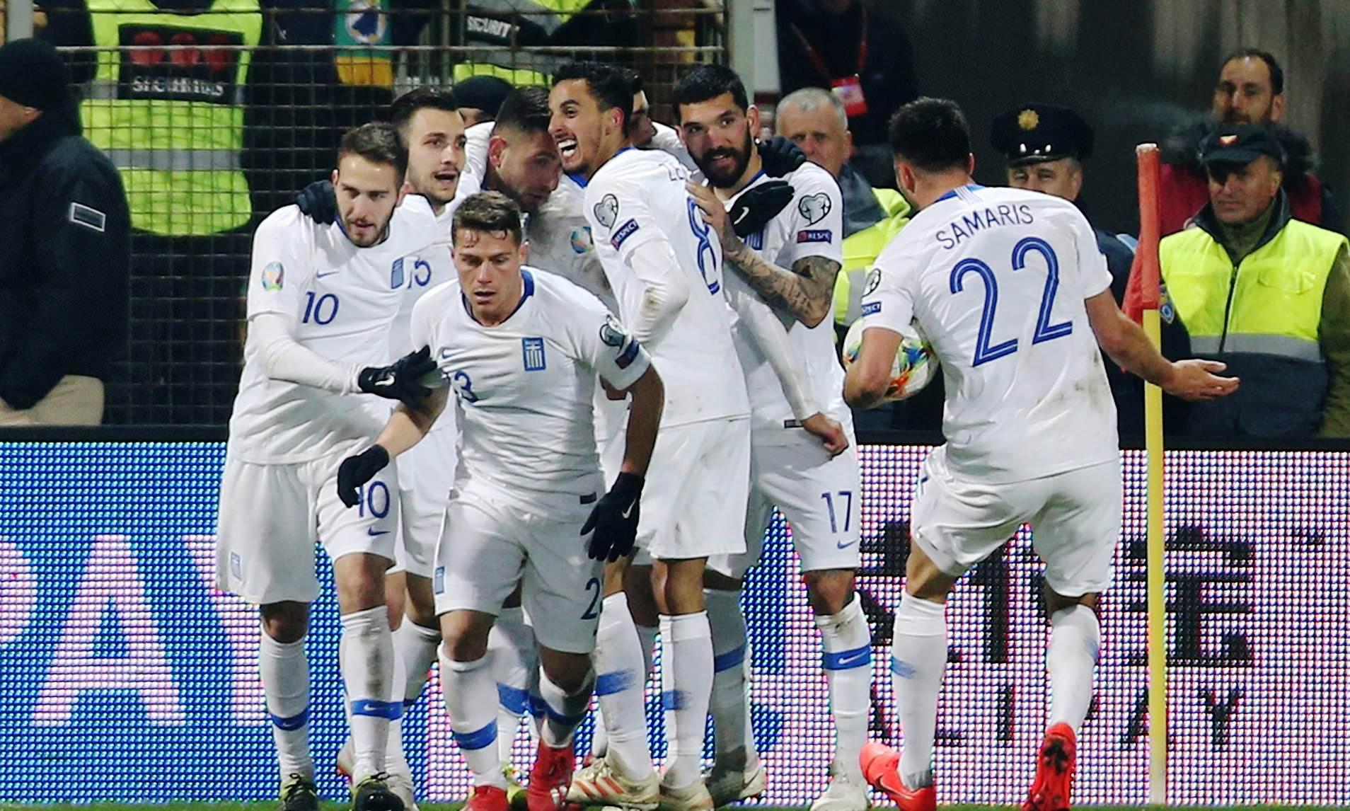 Jucătorii naționalei Greciei sărbătorind golul care i-a adus un punct în meciul cu Bosnia-Herțegovina