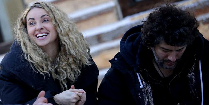 Imaginea cu Lili Sandu sărutată pe sâni de Vali Bărbulescu! Rivalul său de la Ferma o să turbeze!