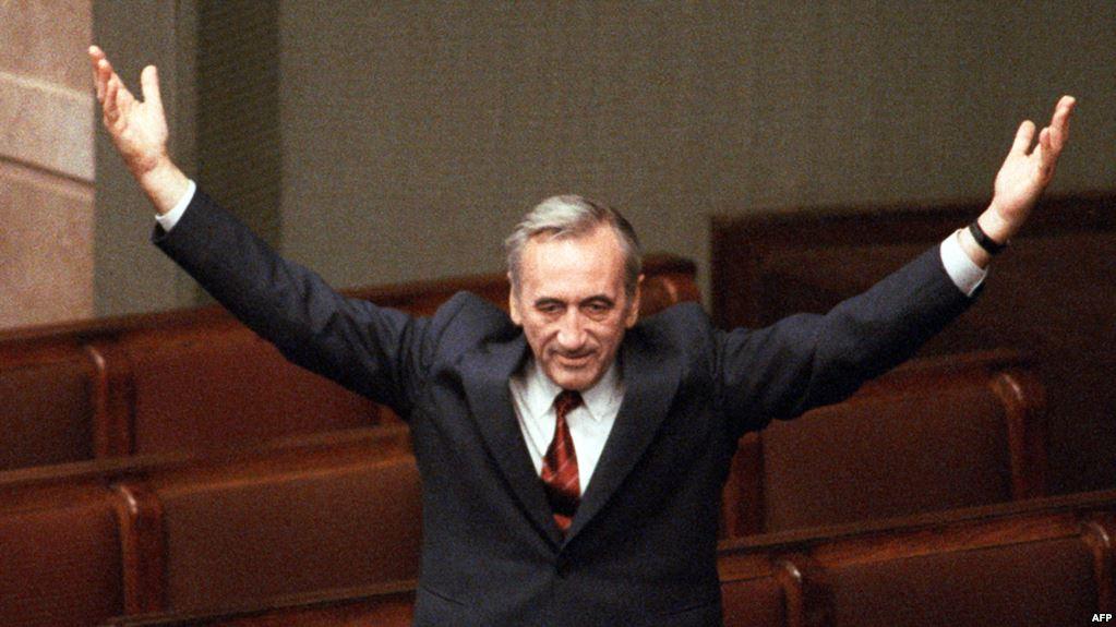 """Tadeusz Mazowiecki, intelectual catolic, consilier al sindicatului """"Solidaritatea"""" și redactor-șef al ziarului acestuia, a fost numit prim-ministru al Poloniei pe 19 august 1989, spre disperarea lui Nicolae Ceaușescu!"""