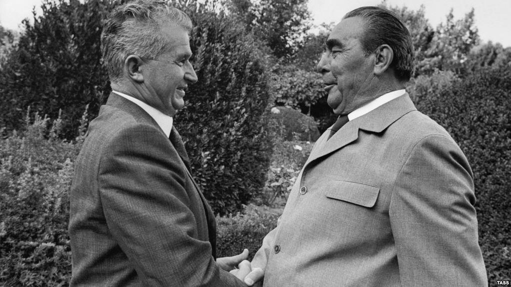 Nicolae Ceaușescu și Leonid Ilici Brejnev la Ialta, în 1976. Îmbrățișarea și zâmbetele sunt formale, cei doi se urau