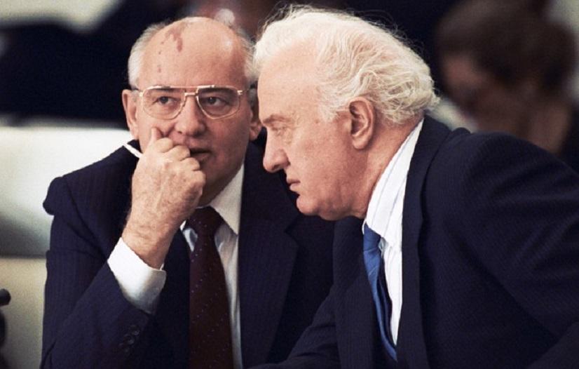Mihail Gorbaciov s-a bazat mult pe talentul și experiența diplomatică a lui Eduard Şevardnadze (aici pe 21 noiembrie 1990), la o întâlnire a liderilor europeni la Bruxelles