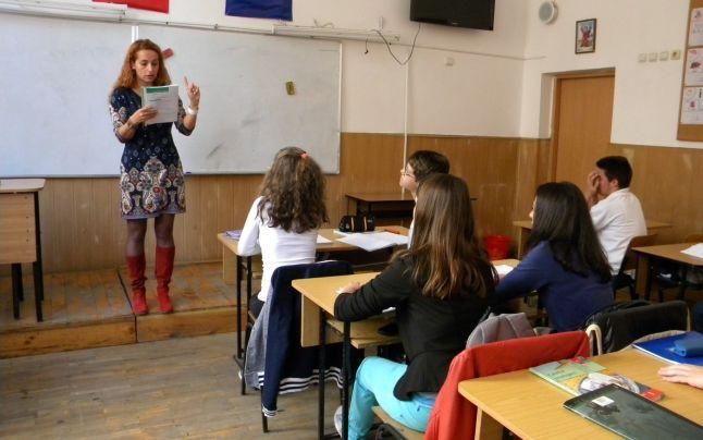 O învățătoare din București s-a ilmat când își teroriza toți elevii