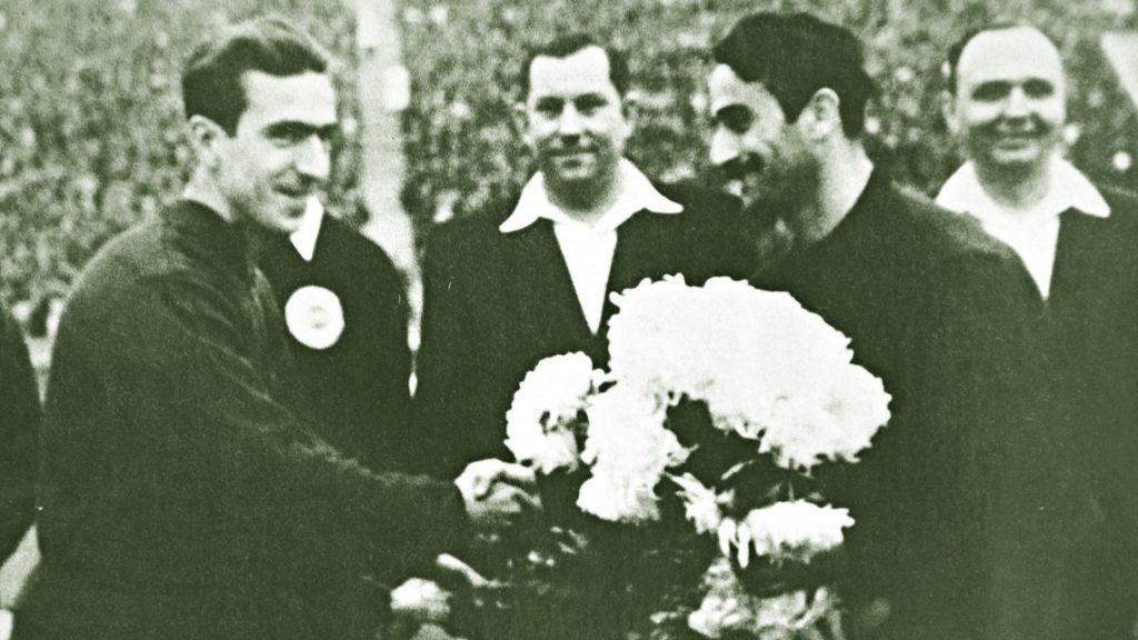 Titus Ozon în stânga imaginii, înaintea unui meci internațional jucat cu Dinamo în URSS