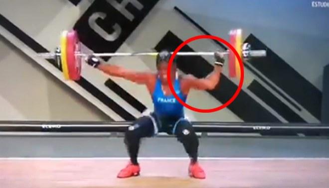 Momentul în care brațul sportivei franceze Gaelle Nayo Ketchanke s-a rupt