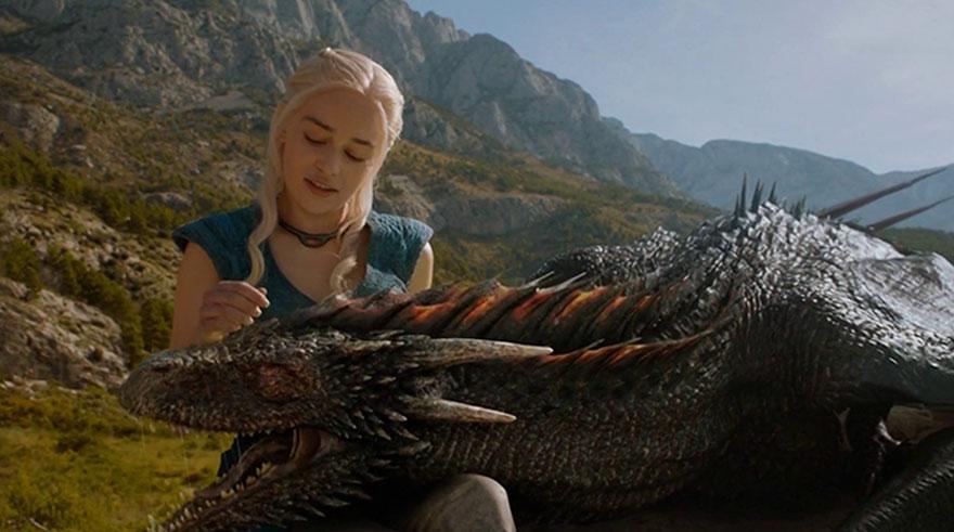 Daenerys și unul dintre dragonii săi