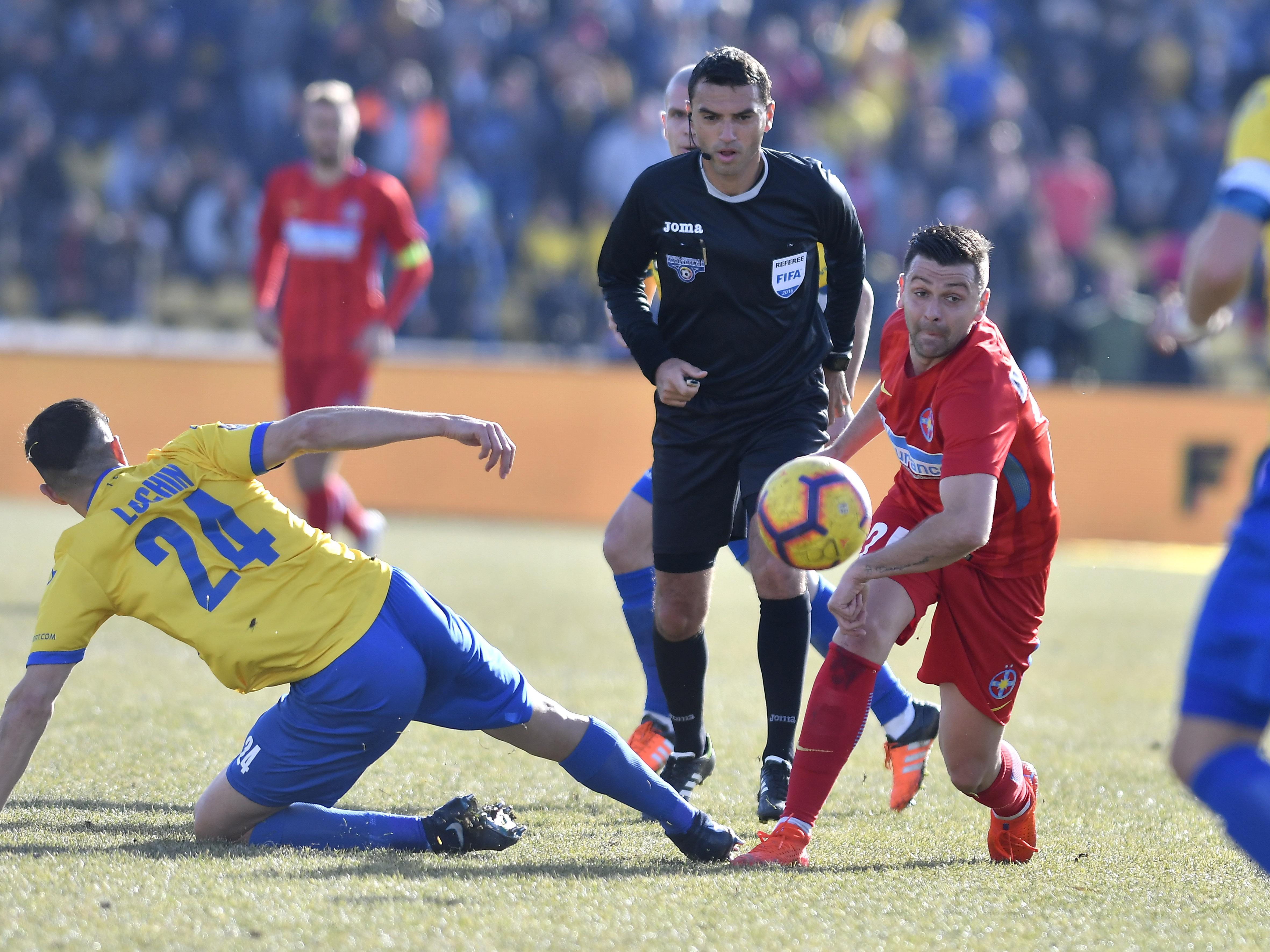 Arbitrul Ovidiu Hațegan atent la o fază din meciul Dunărea Călărași - FCSB