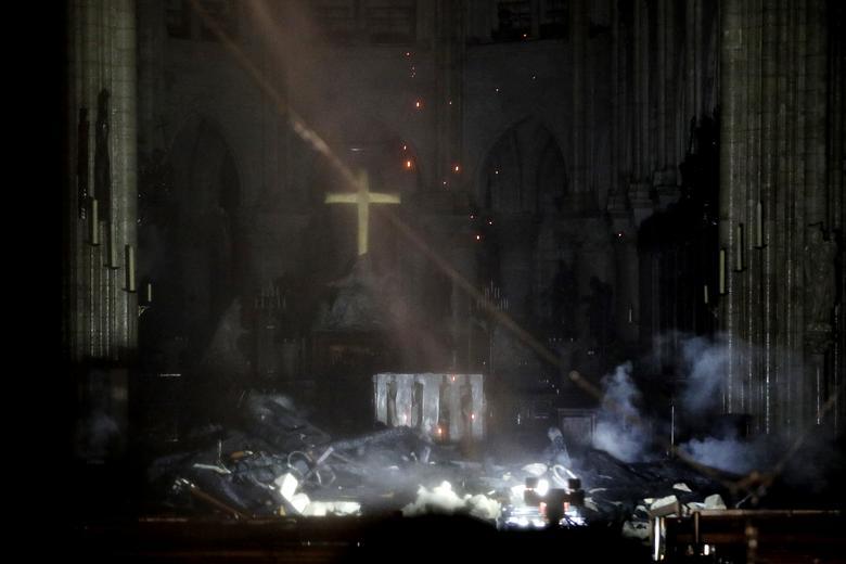 Crucea și altarul de la catedrala Notre Dame din Paris, după incendiu