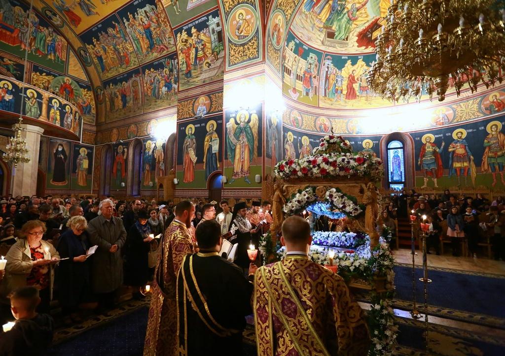 Paște 2019, tradiții și obiceiuri: de ce e bine să treci pe sub masă sau pe sub sfântul epitaf