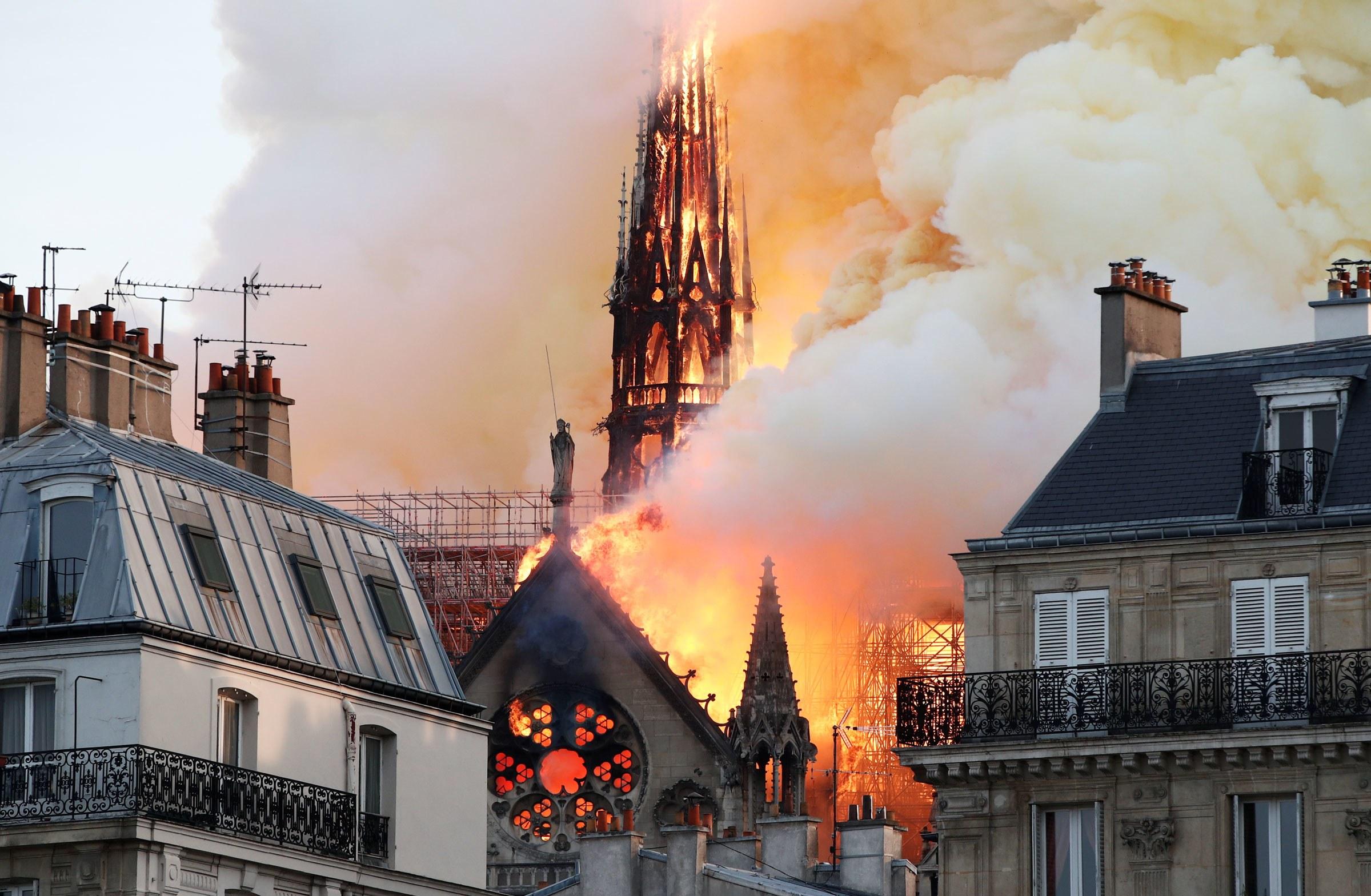"""Reacția halucinantă a lui Mircea Badea, după incendiul de la Notre-Dame: """"Javrelor!"""""""