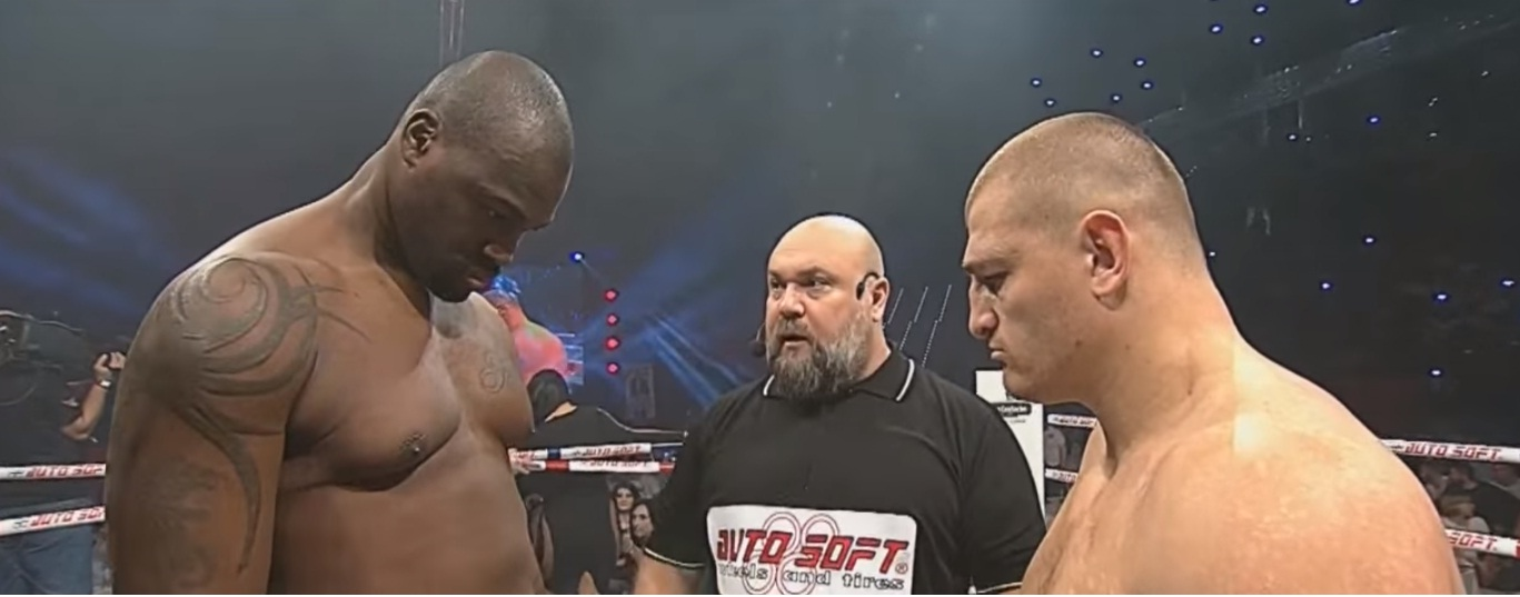 Cătălin Moroșanu în ring cu luptătorul american Maurice Jackson