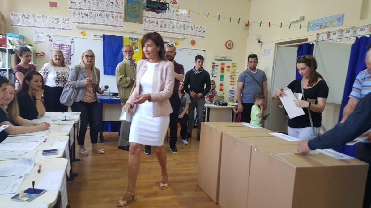Carmen Iohannis în fustă scurtă la vot! sursa foto: tribuna.ro