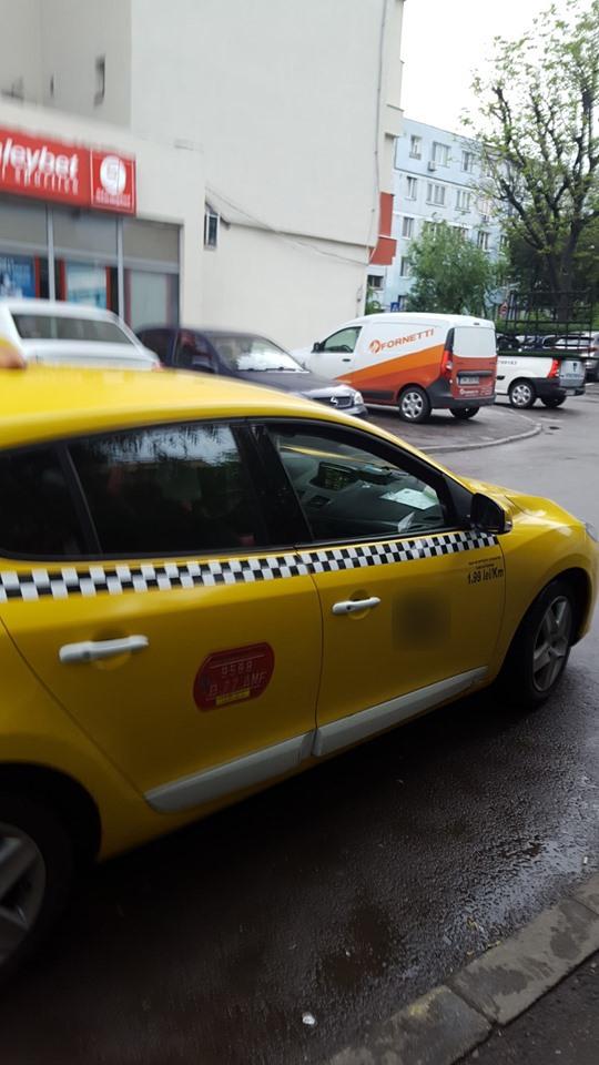 Clienta a fotografiat automobilul șoferului de taxi. Sursa foto:Facebook