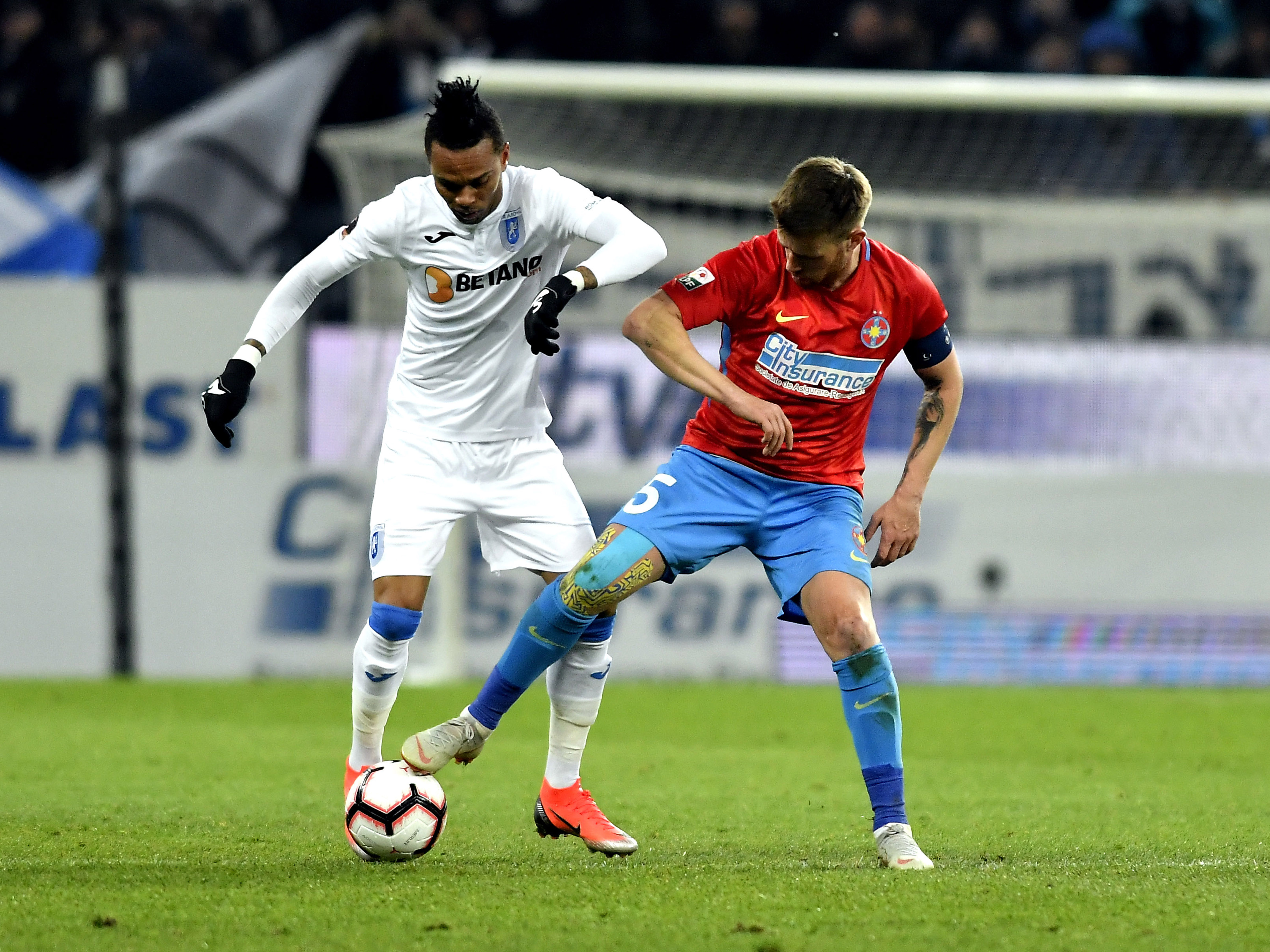 Nuno Rocha în duel pentru balon cu Mihai Pintilii în meciul FCSB - U Craiova