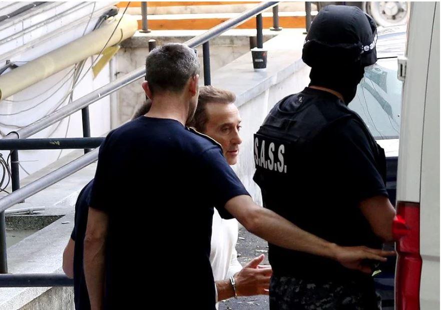 Însoțit de un grup de polițiști, Radu Mazăre a fost adus în țară din Madagascar. Sursa foto:libertatea.ro