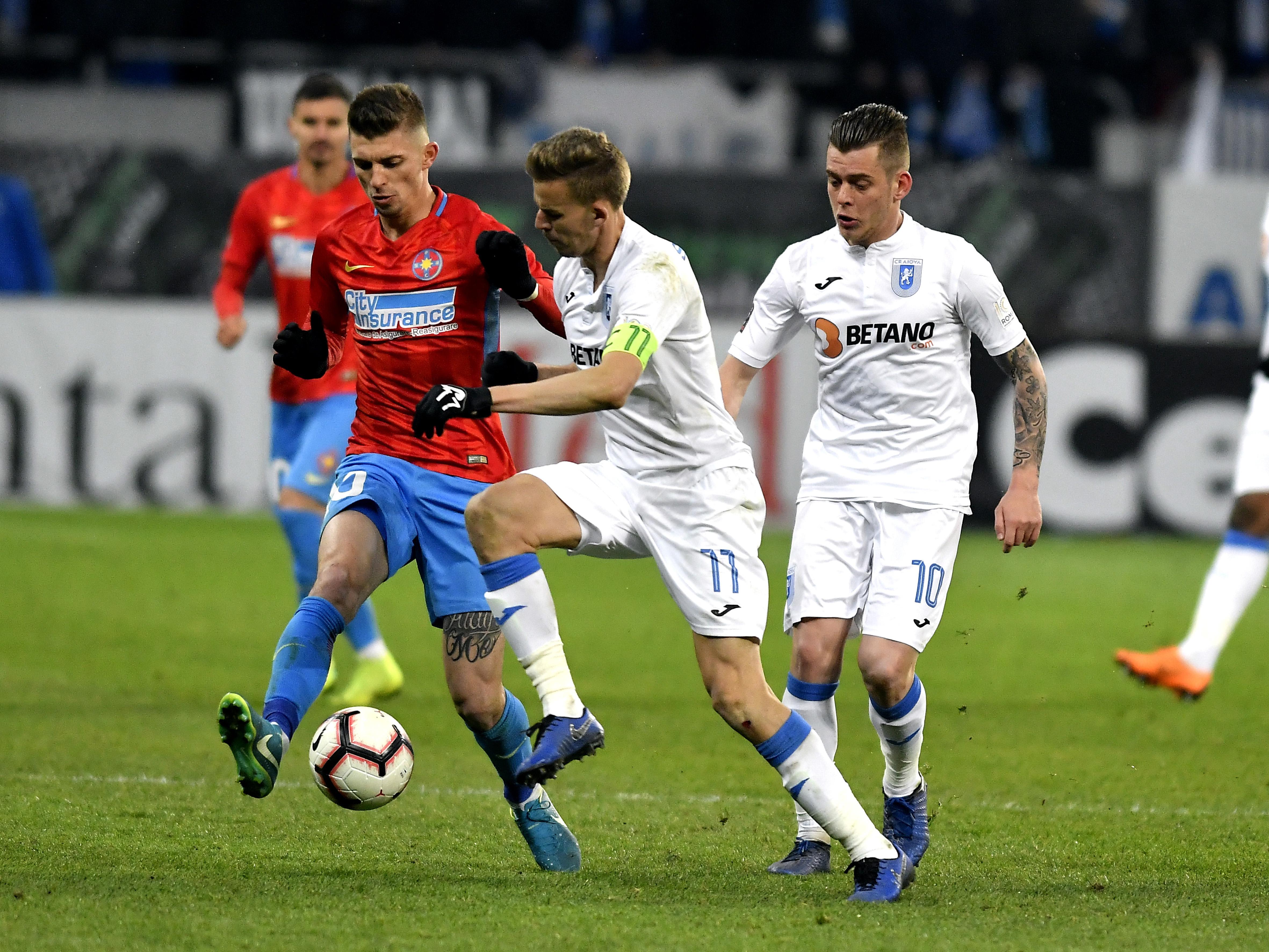 Florin Tănase în duel pentru balon cu Nicușor Bancu în meciul FCSB - U Craiova