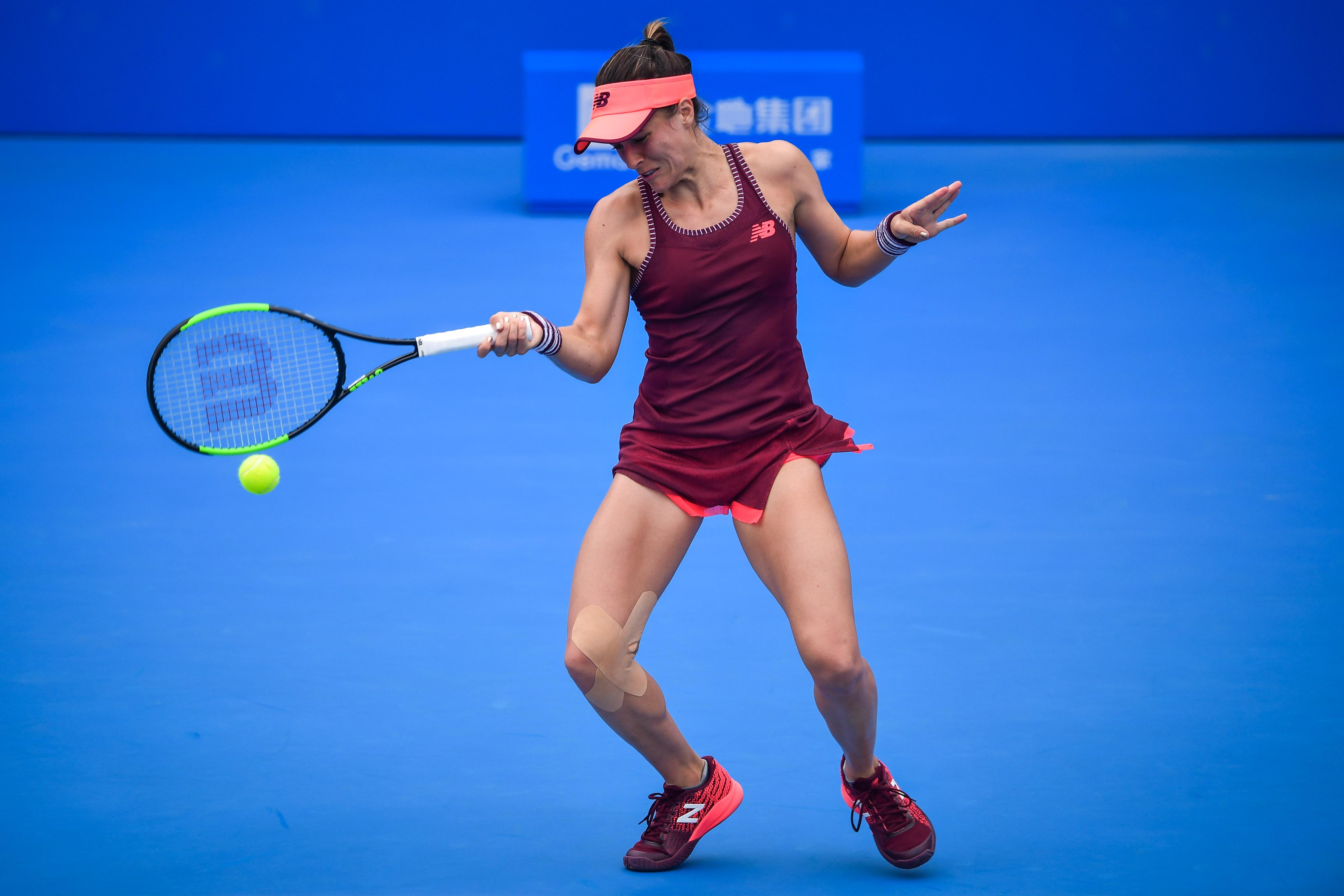 Nicole Gibbs în timpul meciului cu Simona Halep WTA Shenzhen 2018