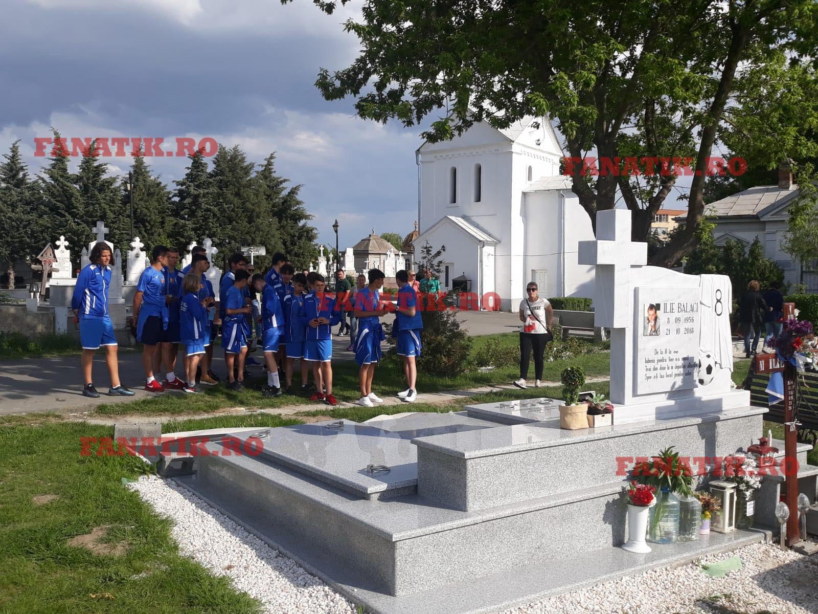 Nepotul lui Ilie Balaci, Atanas, la mormântul bunicului său alăturii de coechipierii de șla grupa de juniori a clubului Daco-Getica București