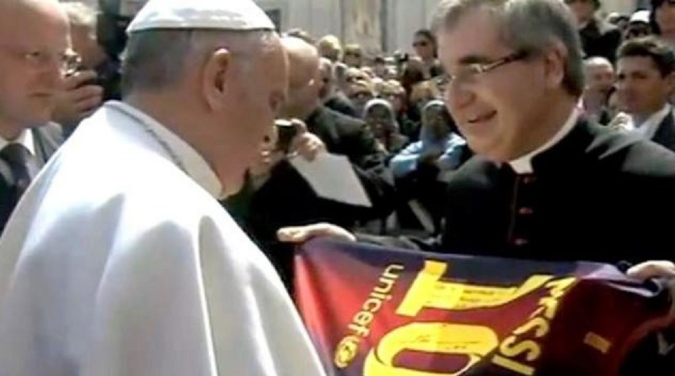 Papa Francisc a foat foarte bucuros când și-a completat colecție de tricouri fotbalistice cu cel al lui Lionel Messi. Are unul și de la naționala Spaniei, campioană mondială țși europeană