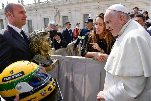 Papa Francisc a primit la Vatican din partea urmașilor lui Ayrton Senna un bust și o cască ale fostului campion mondial de Formula 1, pe care a promis că le va păstra în Muzeul Vaticanului. Sursa foto: libertatea.ro