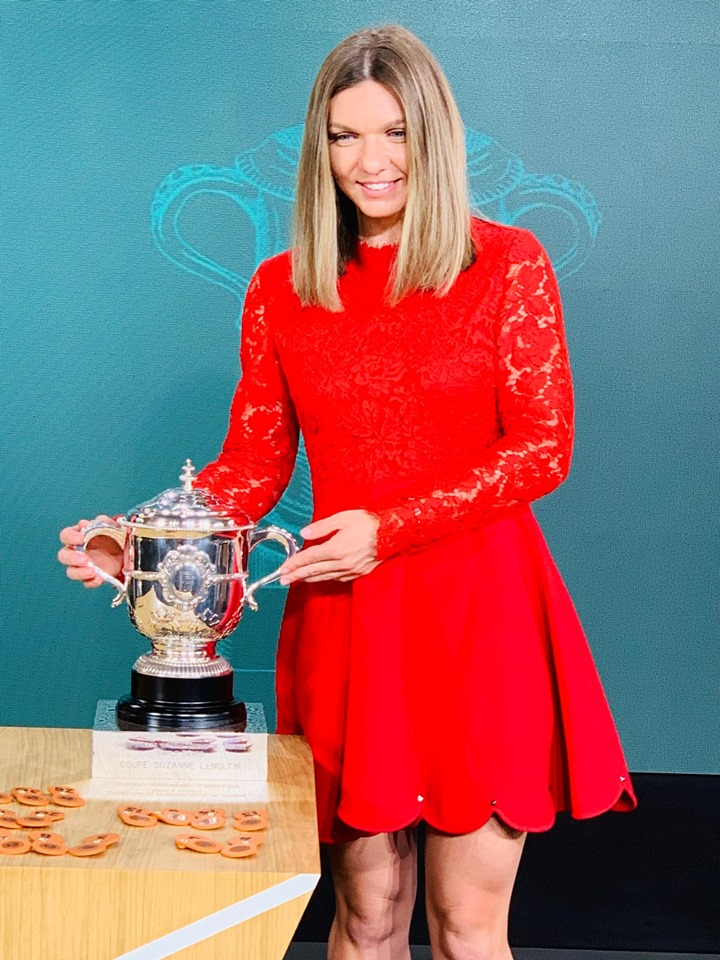 Simona Halep si trofeul Roland Garros