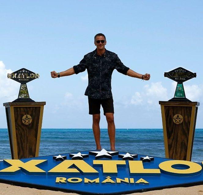 Cosmin Cernat prezintă cele două trofee Exatlon. Sursa foto: Facebook Exatlon România