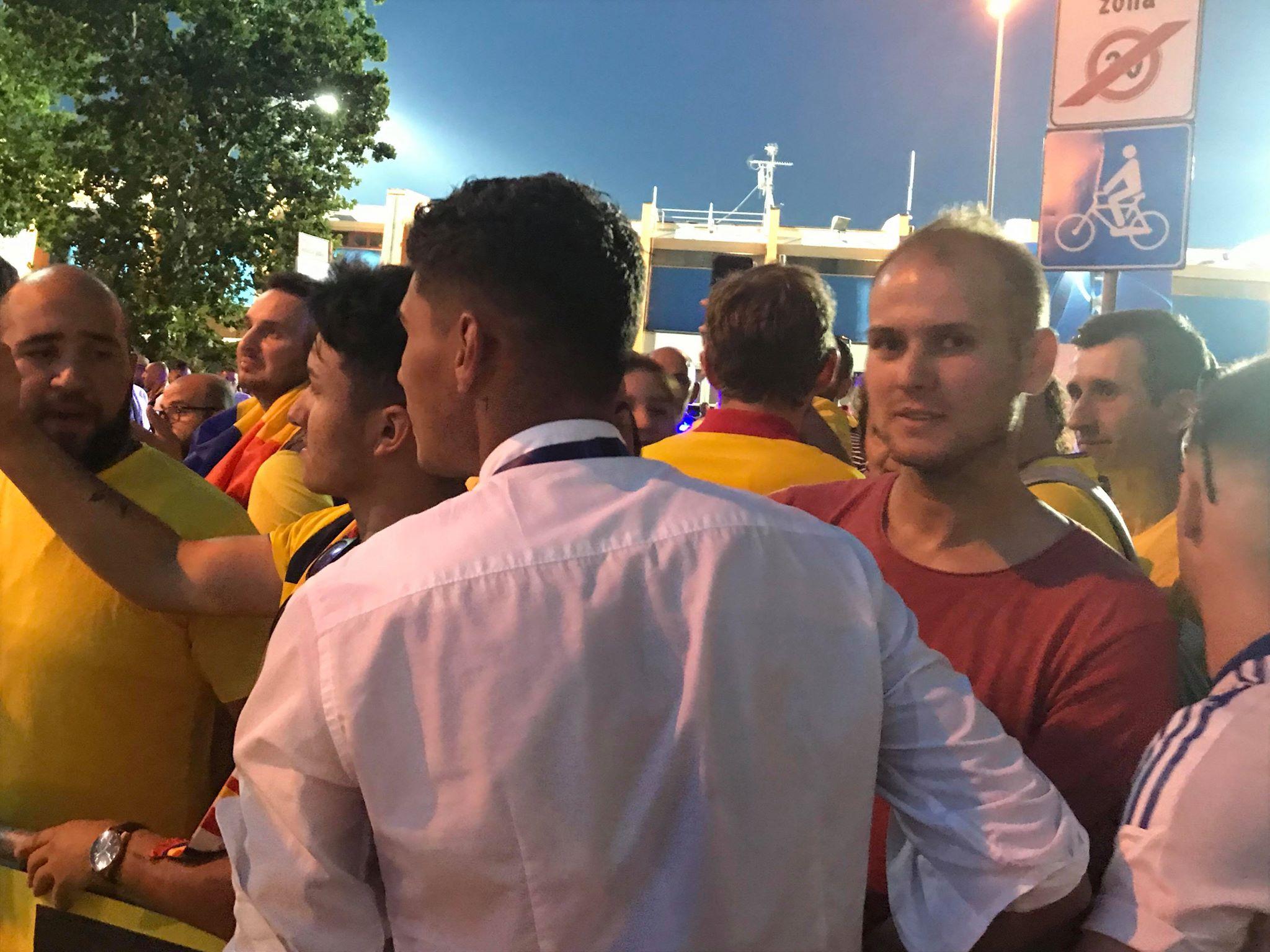 Florinel Coman, îmbrăţişat cu foc de iubită după ce i-a dat două goluri Angliei! Era să fie lăsat în urmă de autocar. VIDEO EXCLUSIV (6)