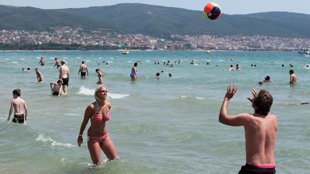 Specialiștii au anunțat însă că turiștii se pot scălda în voie. Sursa foto: Cronica Romana
