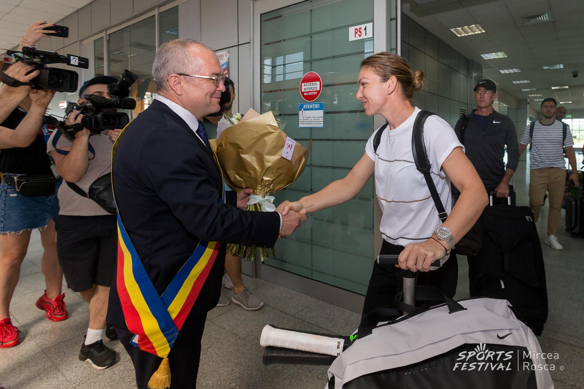 Simona Halep a plecat la Cluj alături de Darren Cahill într-un avion low-cost! A fost primită cu flori în Ardeal (SURSA: Sports Festival, Mircea Roșca)
