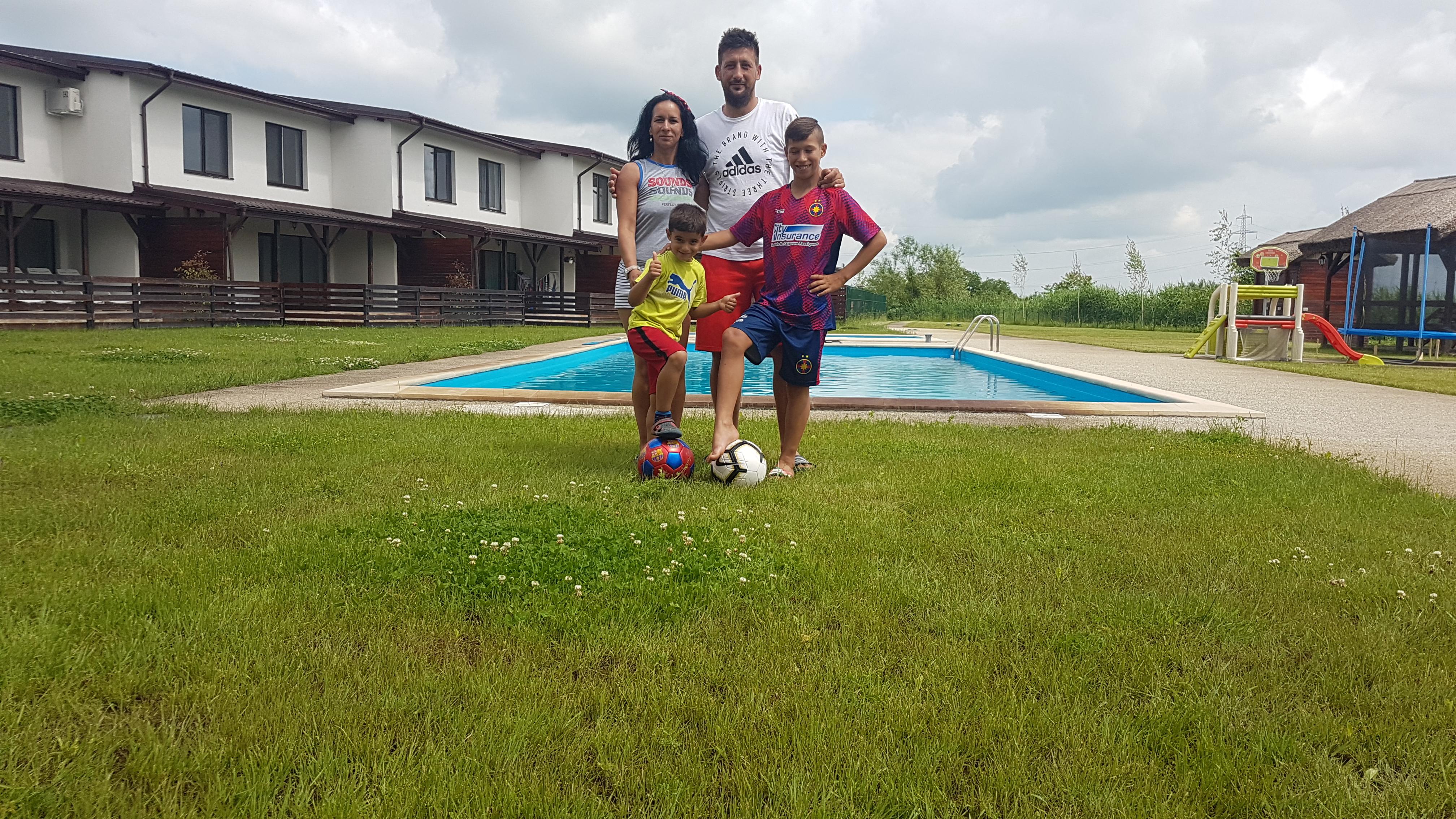 Familia Popa, în faţa casei din Luduş