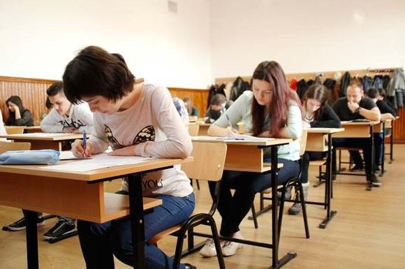 Absolvenții de liceu așteaptă cu emoție rezultatele la Bacalaureat. Sursa foto: vrancea24.ro
