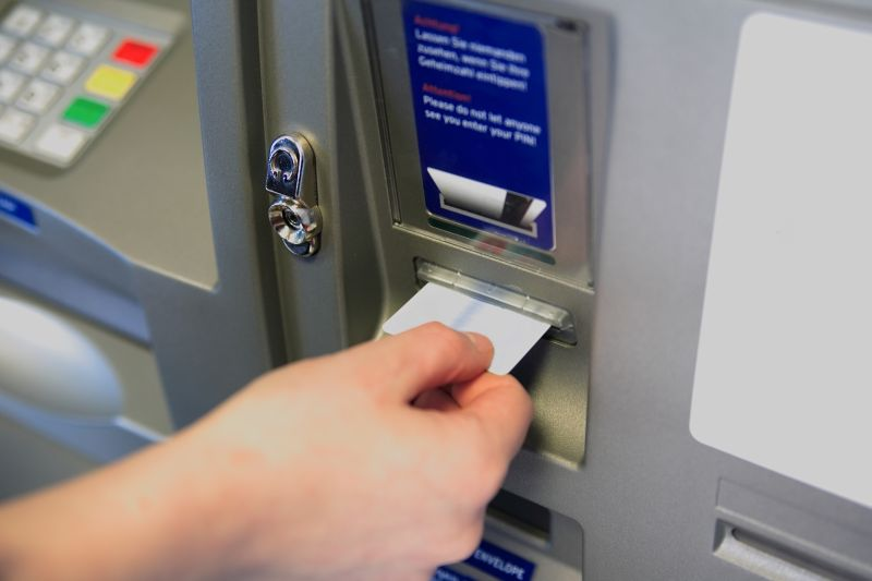 ALERTA la bancomate! Cum iti FURA hotii datele de pe card? Politia a intervenit in forta