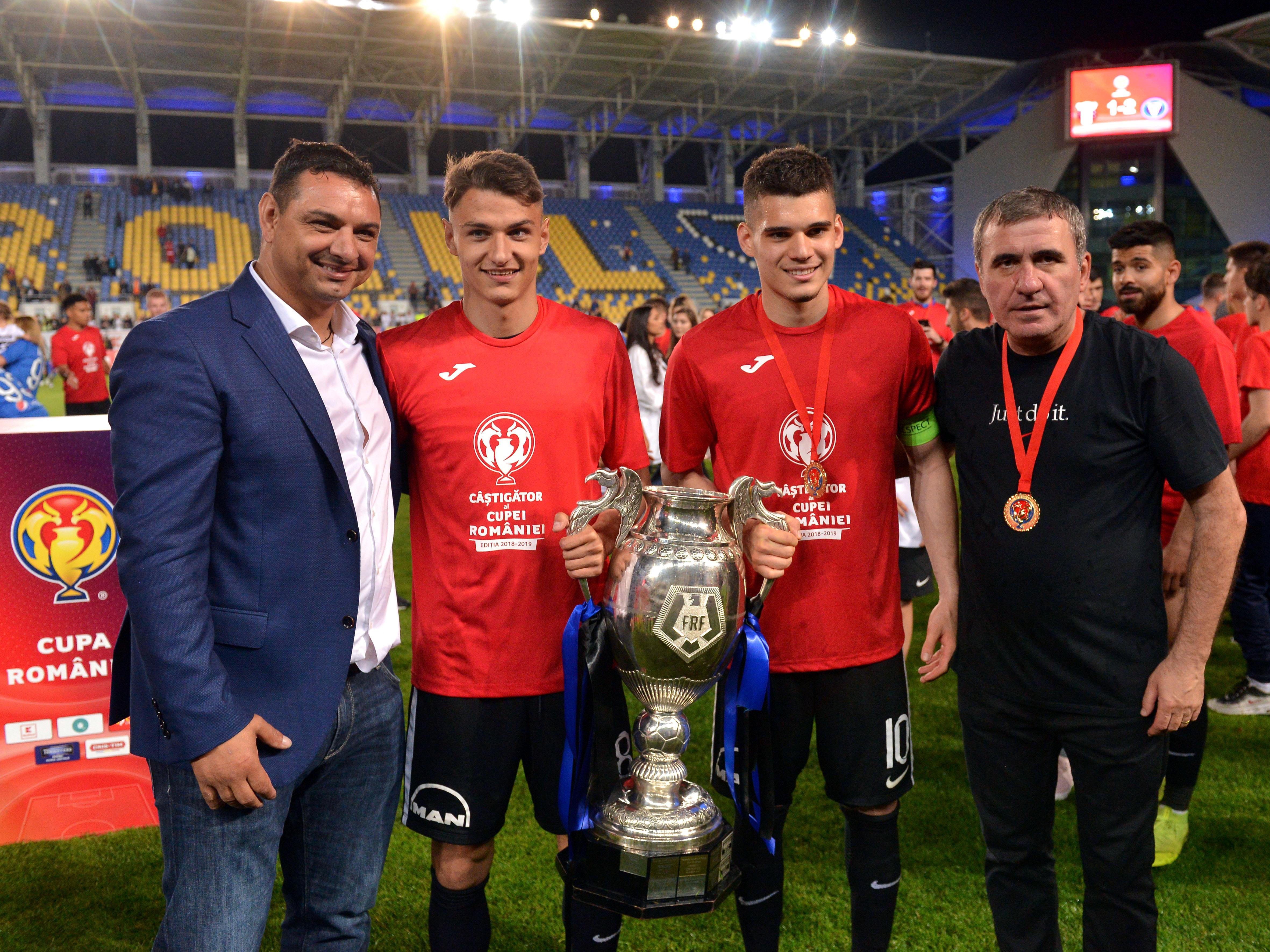 Ionel Ganea, George Ganea, Ianis Hagi și Gică Hagi alături de trofeul câștigat în Cupa României. Sursă foto: sportpictures.eu