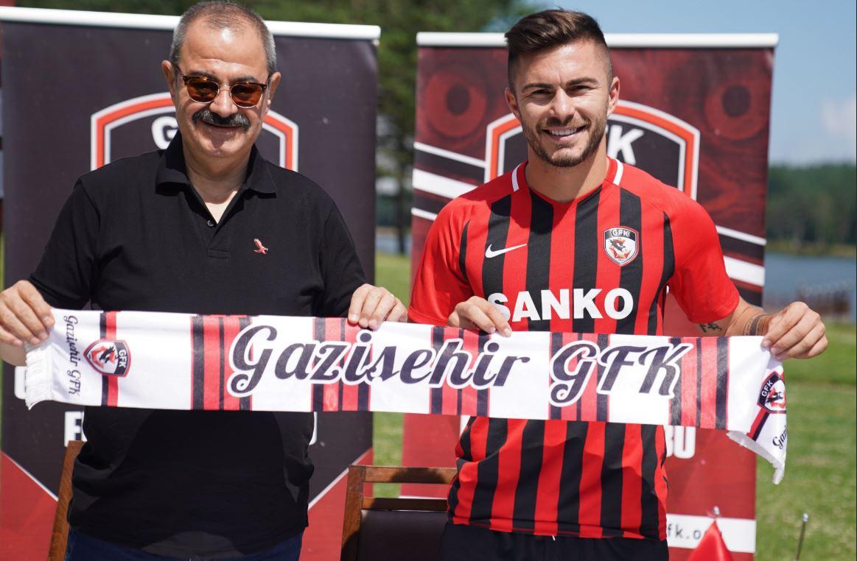 Alin Toșca și Adil Sani Konukoglu, președintele clubului Gaziantep. Sursă foto: gazisehirgaziantepfk.org