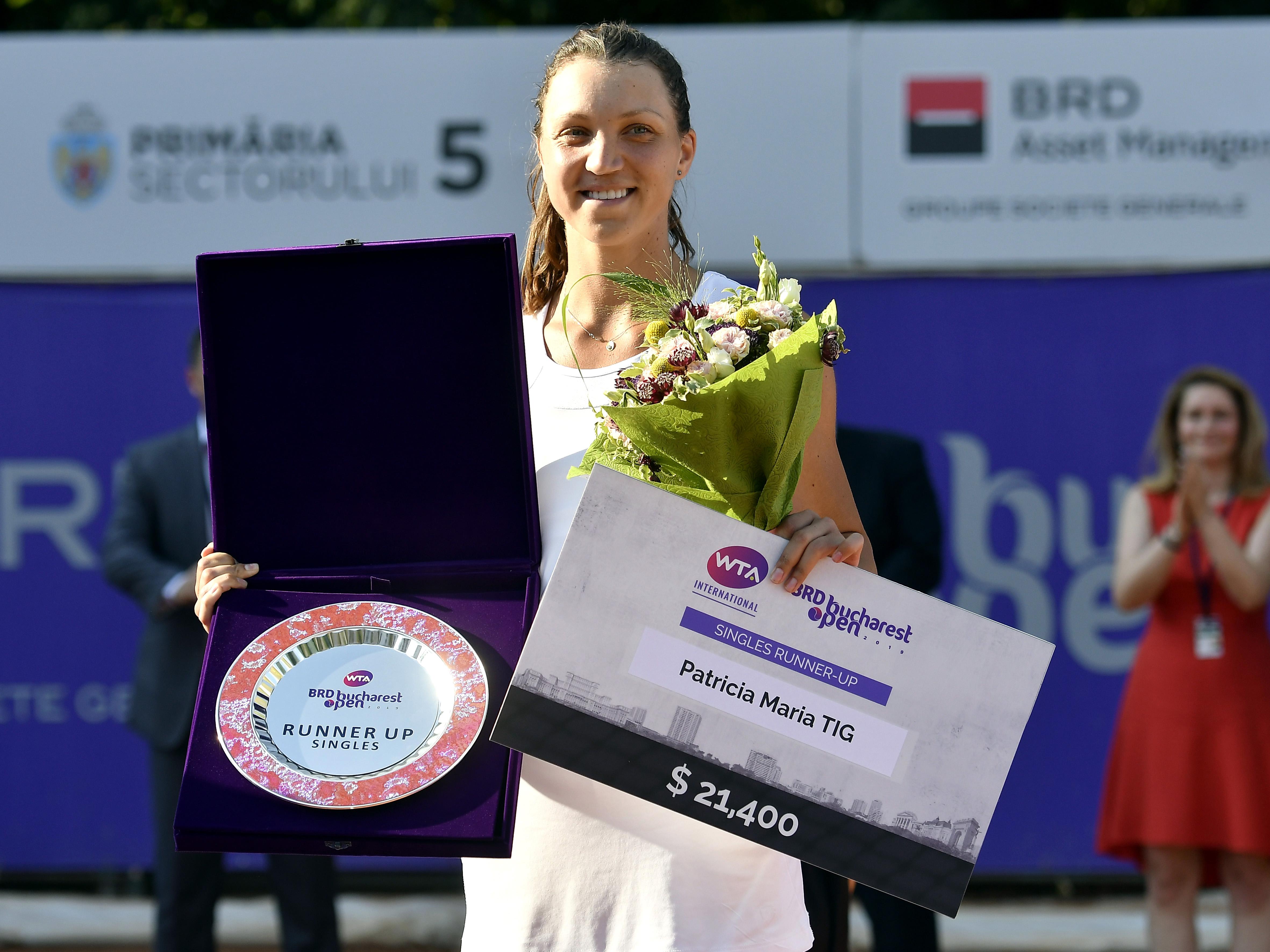 Patricia Ţig şi trofeul primit după finala BRD Open 2019 (sursă foto: sportpictures.eu)