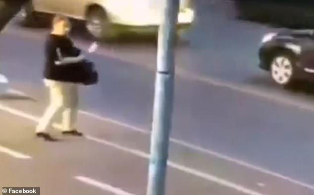 O femeie a înjunghiat un copil, apoi l-a atacat pe al doilea sub ochii părinților. Femeie, atac