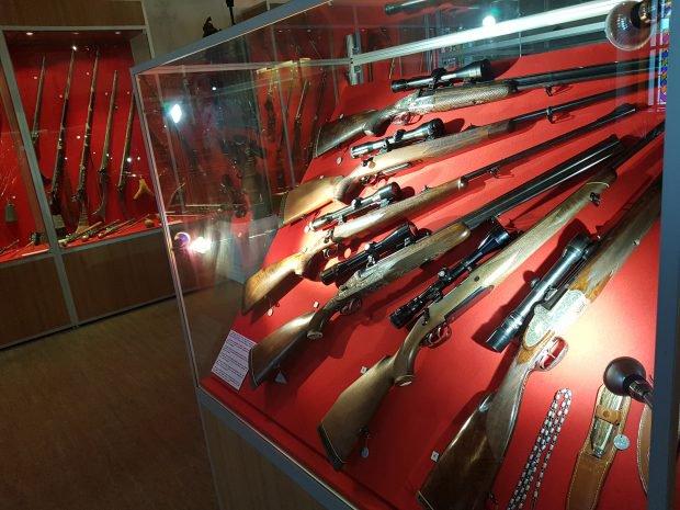 Ceaușescu era pasionat de vânătoare. Colecția sa de arme este expusă la un muzeu din București